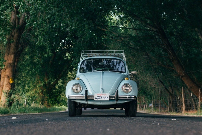 svetlo plavi buba automobil na putu