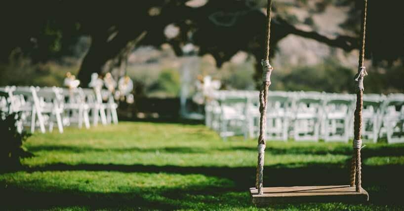 Ljuljaška od drveta u dvorištu