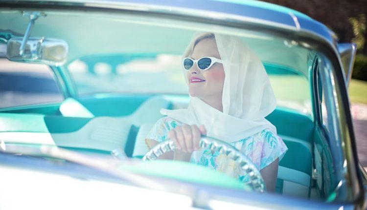 žena za vilanom u vintage automobilu