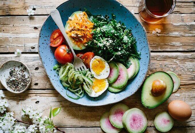 Činija sa salatom od povrća