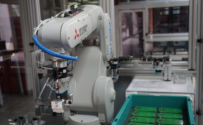 Robot obavlja kucne poslove