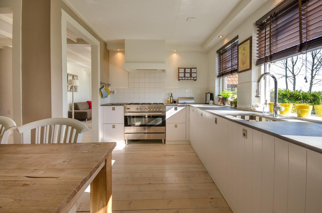 Pogled na dugačku kuhinju u kući