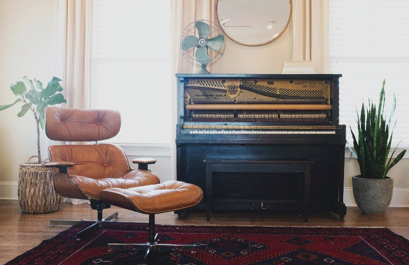 Kožna stolica pored klavira