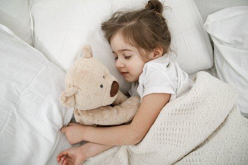 Dete spava sa igračkom