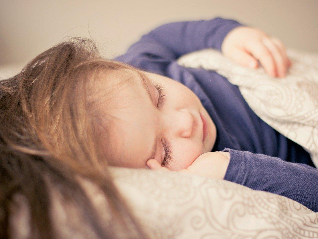Mala devojčica spava