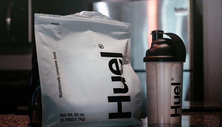 Prikaz proteinskog praha i šejkera na stolu