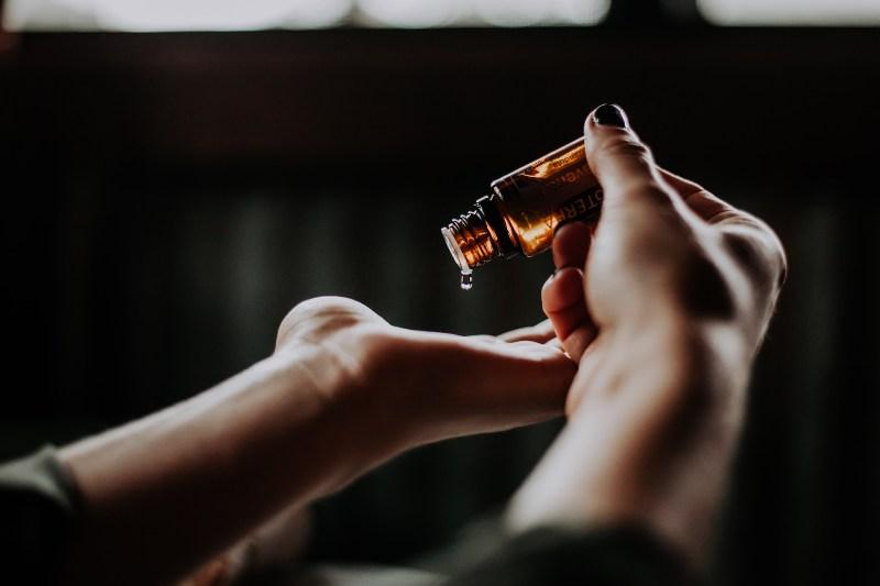 Ulje za masažu u ruci