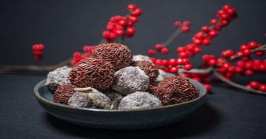 Čokoladne kuglice sa kokosom u sivoj činiji na stolu