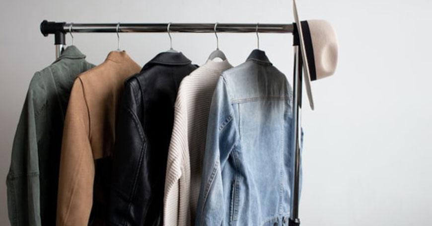 Vešalica sa nekoliko različitih komada ženske odeće
