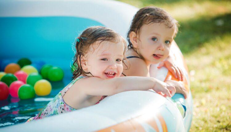 Dve devojčice vire iz montažnog bazena za decu