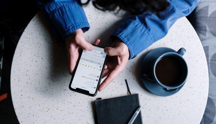 prikaz telefona u rukama