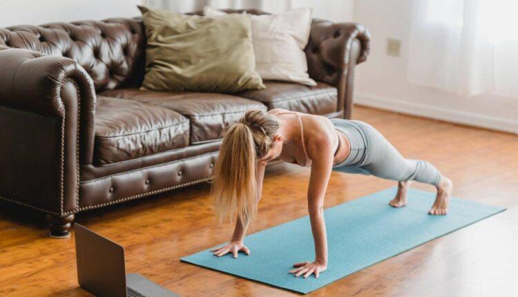 devojka vežba kod kuće